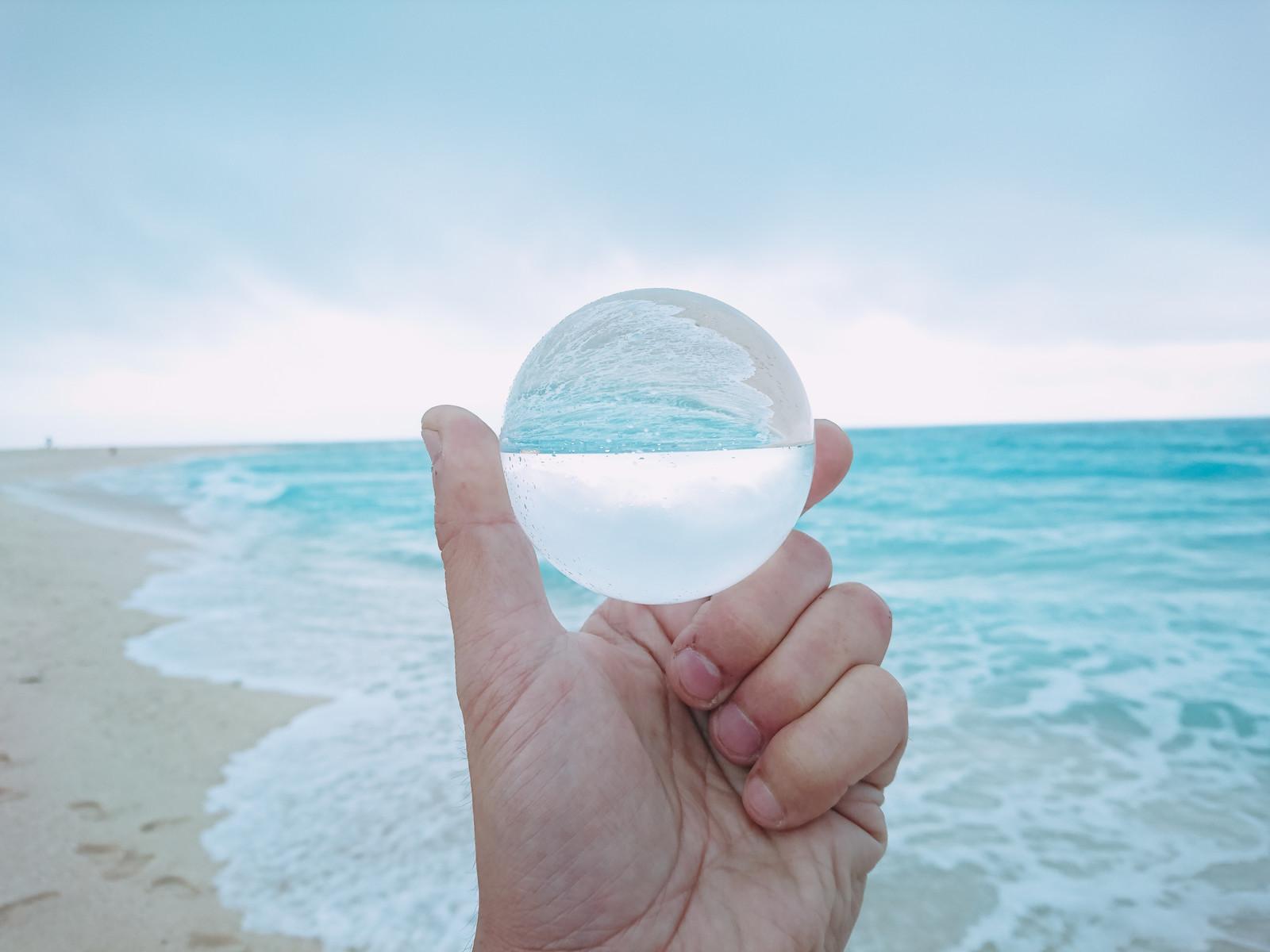 ガラス玉と海